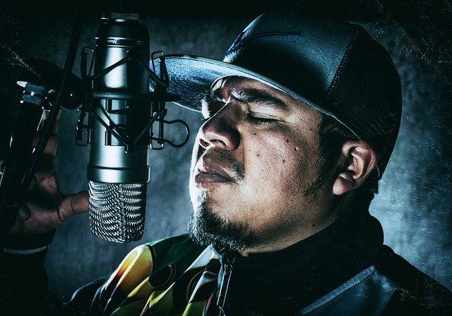 raper przed mikrofonem w studio